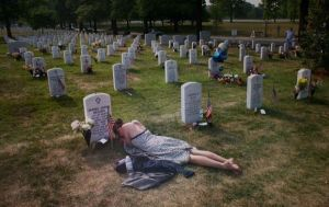 grave_mourning_woman